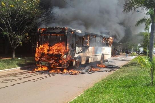 Ônibus da linha 725 foi incendiado dentro do Campus da UFG