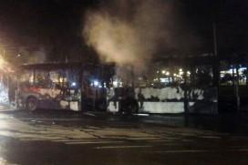 Ônibus biarticulado queimado
