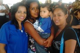 Atendente Lindaura ao lado das clientes Ingrid e Anne Carolinne, mãe do pequeno Miguel